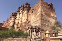 这里有最雄伟的古堡,最绚丽的色彩,最多元的宗教。走在印度的很多景点就像回到了中世纪,毫无违和感。PS