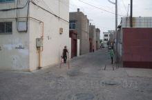 靖边县的小巷,还能见到棺材铺。民居的墙都是很厚的双层墙双层玻璃,冬天太冷的缘故。