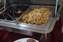 草原酒店早餐特色,东北菜,现场还有现做的蒙餐,菜品多,种类丰富,口味正中,是不错的就餐选择,很棒很推