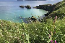 前往北爱尔兰空中吊桥,一会经过这个美丽平静的悬崖边,所有的脚步都缓了下来,为了这抹色彩而停留