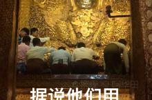 """缅甸曼德勒玛哈牟尼佛塔 世界上最尊贵的""""垃圾"""",可能来源于缅甸这座寺庙。每天排队给佛像贴金箔的人,会"""