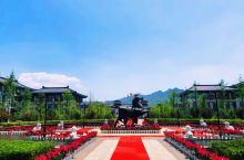 涞源华中假日温泉酒店,中式汉唐风格的建筑,为婚礼更添庄严神圣之感,落日的余晖洒在墙上浪漫唯美,宁静优
