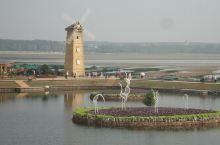 """鸽子窝公园位于北戴河海滨的东北角,是在北戴河看日出最好的地方,常常可见到""""浴日""""奇景。公园内的临海悬"""