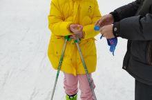 冬天是滑雪的季节,一到寒假,女儿就去滑雪。