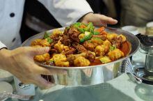 新疆大盘鸡,给胃的感觉是满足,是一顿饱饭;给面子的感觉是大器;给口袋的感觉是心里有数。 来新疆一定要