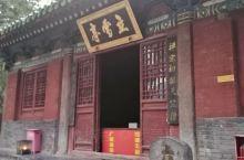 少林寺院里还有很多殿,例如立雪亭也就是达摩亭、普贤殿、千佛殿……,其中印象最深的就是千佛殿,殿内的墙