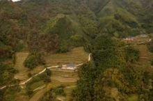 龙脊镇白石桥屯,梯田山脉相连,土特产百香果罗汉果正当成熟季,还可以亲身体验竹山挖竹笋乐趣,冬季来临山