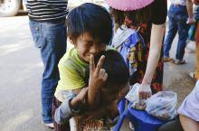 在这个幸福指数很高的国度,人们很友善,孩子 们脸上时常洋溢着微笑。 无论是在高速公路的服务区,还是在