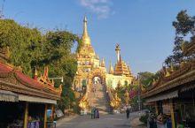勐焕大金塔位于芒市东南部的雷牙让山顶,传说释迦牟尼转世为金鸡(阿鸾)时曾生活于此地,佛祖涅槃后数百年