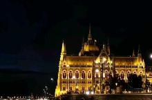 多瑙河夜景,分别入境的是匈牙利国会大厦、渔人堡、王宫、链桥,这可能是东欧最美的夜景城市了。 布达佩斯