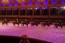 欣赏马术表演   马和被训练成机器一样,那么的整齐划一……@ 马术值得去观赏………@