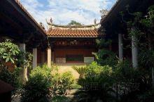 晋江五店市传统街区位于晋江县(1951年后)老城区青阳镇的核心区,紧挨塘岸街,毗邻世纪大道,背靠青梅