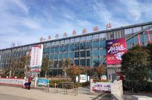 江苏省盐城市阜宁汽车客运站,位于阜宁县西南角,站前广场和售票厅,候车厅都很大,比较简陋,客流量也不多