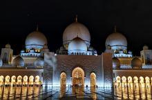 打卡全球最奢华清真寺  关于 谢赫扎耶德清真寺位于阿联酋阿布扎比,世界第三大清真寺,也是唯一一 座允