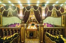 独山子艾力美食城:复古宫廷风餐厅  独山子旅游我们来到了艾力美食城就餐,外观非常的朴实无华,还以为是
