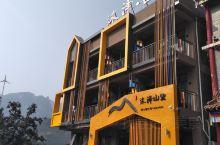 我们在天台山风景区游玩的晚上,住的民宿好是可以的,据说是网红民宿,就是在旅游季,价格暴涨,是平时的二