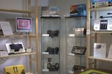这家博物馆提供了大量展品,介绍了英特尔公司的历史以及微芯片的制造过程。我们参加了Sara带领的团,她