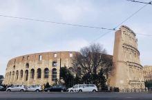 又译为罗马角斗场、科洛西姆竞技场。是古罗马帝国专供奴隶主、贵族和自由民观看斗兽或奴隶角斗的地方。 建