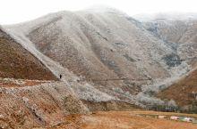 琉璃世界霜花重。摩天岭海拔高,冬天也很少下雪。但是当气温急速下降时,地面地表上的水、草上的露珠乃至空