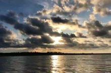 最美日出,只是缺少了那么一个陪同观看的人,再美得风景,也只有一人欣赏… 希望,自己以后开心快乐,最好
