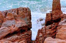 怪石滩 防城港怪石滩又称为海上赤壁,位于江山半岛旅游度假区的南端。大自然的鬼斧神工造就了这里奇特又罕