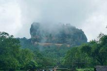 狮子岩超级霸气グッ!(๑•̀ㅂ•́)و 首先进入景点远看到一块很大的石头,就在主路的正前方,会有很