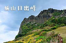 城山日出峰是济州岛的著名景点之一,也是最壮观的景点,它是一座火山岩形成的山峰。它的整体形状像一个酒杯