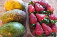埃塞俄比亚首都亚迪斯亚贝巴的农贸市场,图1一大盒草莓加牛油果和芒果才9人民币,再来一斤10人民币牛骨
