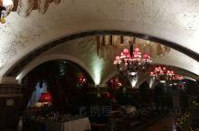 在新城北路上的民族特色餐厅,服务员都是维吾尔族人,菜品有点混搭,干煸四季豆好吃,凉粉羊肉串无功无过,