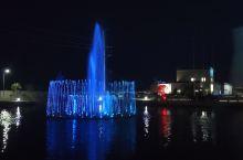 发现了一个很美的喷泉,夜间加上特效灯光,仿佛孤独的夜,有了陪伴,不再孤单,大家想不想知道在哪?先卖个