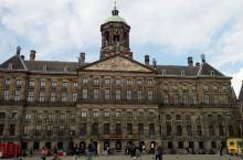 荷兰阿姆斯特丹市中心最有名的景点水坝广场。水坝广场几世纪以来一直就是整个城市的政治中心与商业中心,这