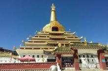 东嘎寺在四川甘孜州色达县,在县城外面,非常显眼的一座寺庙,建在半山腰。