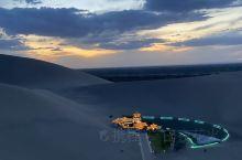 傍晚去,别去太早,热,可以在沙丘上看落日,,晚上这里看星空很美,滑沙不建议花钱玩,晚上天黑的时候,随
