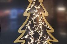 德国机场的抽象派圣诞树,还有德国飞机模型版淘气堡,真的很有特点,就是机场卫生间太少了。一个整理中用不