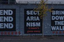 贝尔法斯特的和平墙是北爱尔兰黑暗历史的见证。现在整个北爱尔兰地区非常的和平稳定,而这座和平墙上,大家