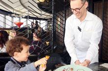奥克兰的天空塔顶楼庆祝宝贝生日口味一般般,重在吃个氛围和风景,景色不错,坐在餐厅还可以看到sky w