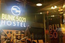 菲律宾马尼拉的一家青旅店,交通比较便捷。所在的这条街是一条鬼文化主题的,门口摆放的有鬼魂的摆件,晚上