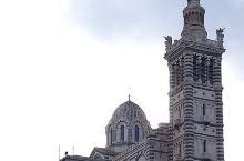 位於法国南部之海岸城市馬赛,其主体景点就是兀立在山顶上之圣母加德大教堂,在市区任何地方也能看到。是遊