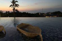 住在金巴兰,每天海边看落日,后来发现酒店无边泳池看也别有风味。去了悬崖酒店,情人崖,说实话巴厘岛太破