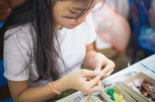 老挝残障妇女救济中心。 老挝国土内遍地未爆发的地雷造成了当地很多穷苦民众雪上加霜。这个残障妇女救济中
