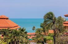 俯瞰水晶般湛蓝的苏梅岛水域,竟坐落着这座精致的海滨别墅。 天堂别墅位于曾蒙区,毗邻美拉提度假村和丽兹