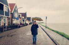 于2019年3月14日- 沃伦丹 沃伦丹是一个美丽的渔港小镇,周围环绕着无数低矮小房屋。沿着堤坝走过