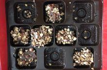 #圣诞期间限定美食# 这款太妃糖外面裹着巧克力和杏仁碎,超级好吃不过只能在圣诞节前后买到。