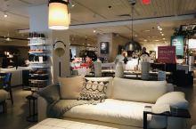 这个家具店可以细细品味。Crate & Barrel,从高高的灯,到低低的凳,转角的锅碗瓢盆,织成细