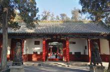 洛阳关林:又称关林庙,位于河南省洛阳市城南7公里的洛龙区关林镇,是埋葬三国蜀将关羽首级的地方,为全国