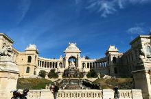 隆尚宫  一座市民的宫殿。这座宏伟的宫殿是在拿破仑三世统治时期建造的,是他的一座行宫,实际上是一座水