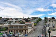 小镇里有着很多新西兰保存得最完好的历史建筑,漫步在古老的街道中,你会看到街旁的墙角下时不时地停放着一