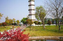 潦河湿地公园是新开发的一个公园,以前是河滩菜地,但宝塔是处古迹,应该是清朝修建的,与河对岸山上的宝塔