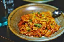 这家餐厅的名字很直白,主厨叫Andrew Davies,使用的是当地时令的食材,烧烤是他的拿手菜品。