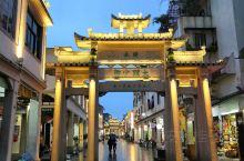 潮汕赏味之旅,首站潮州,很老旧的城市,几乎难见高楼,商铺/饭店/酒店的招牌都做得很招摇,本质却只是个